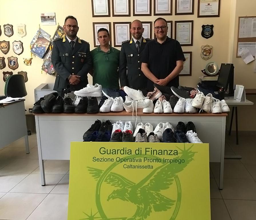 La Guardia di Finanza di Caltanissetta ha consegnato alla Caritas 70 paia di scarpe sottratte al mercato della contraffazione