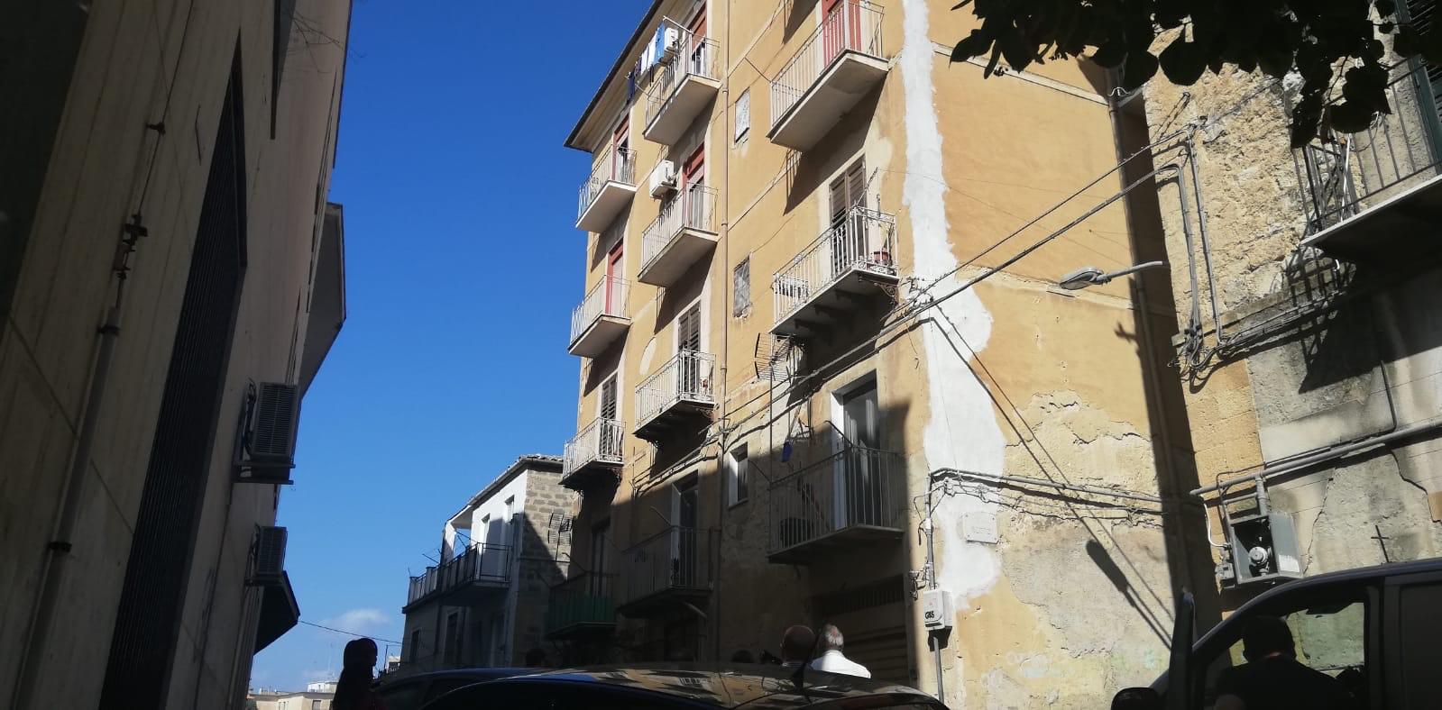 Tragedia a Caltanissetta, donna si lancia dal balcone: muore sul colpo